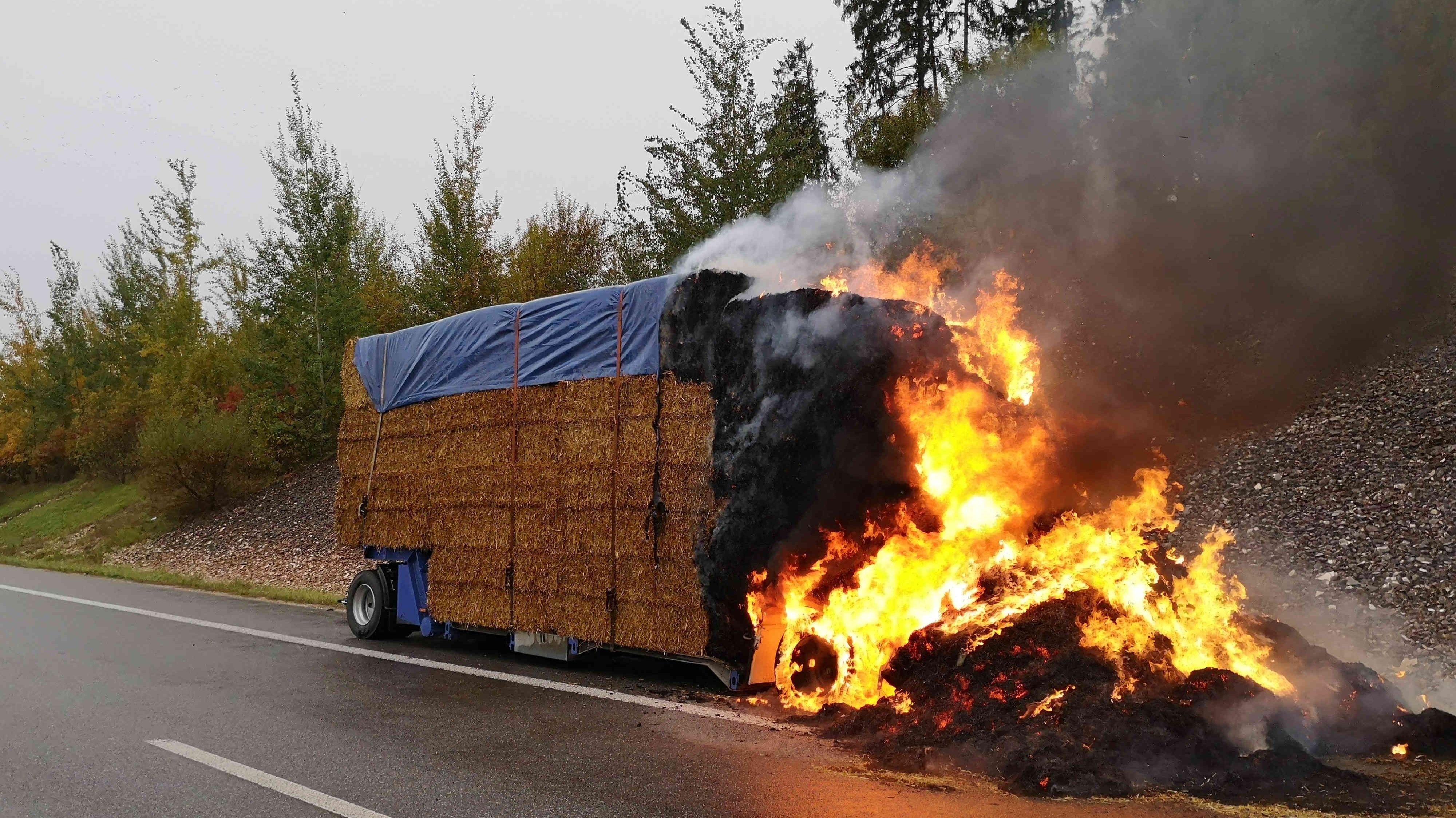 Ein geplatzter Reifen hatte die Ladung eines Lkw-Anhängers im Kreis Kelheim in Brand gesetzt.