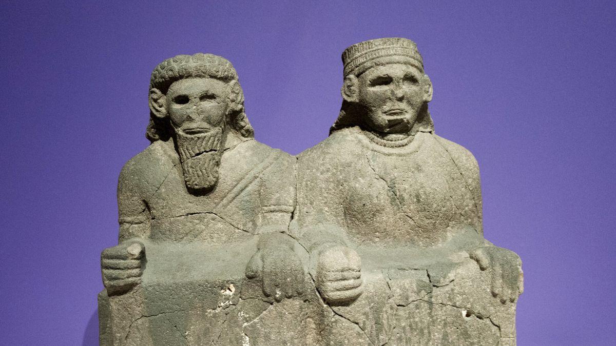Zwei aramäische Steinfiguren aus dem frühen 1. Jahrhundert vor Christus, die Max Freiherr von Oppenheim 1899 auf dem Tell Halaf entdeckte