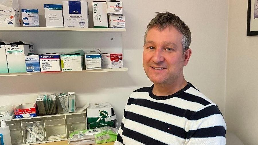 Bild von Dr. med. Tobias Müller in seiner Arztpraxis in Weiden