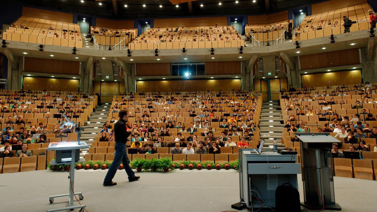 Studierende in einem großen Hörsaal der Technischen Universität (TUM) in München, aufgenommen am 26.10.11.