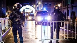 Polizei sichert einen Zugang zum Weihnachtsmarkt in der Altstadt   Bild:dpa-Bildfunk/Christoph Schmidt