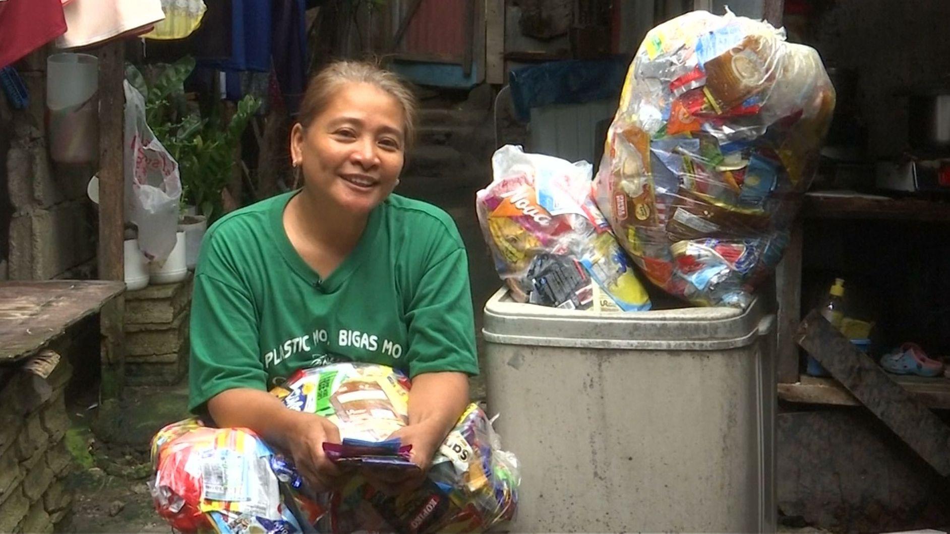 Die Philippinerin Veronica Dolorico tauscht Plastik gegen Reis.