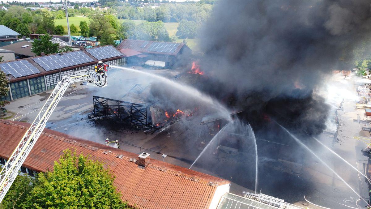 Abgebrannte Lagerhallen, Feuerwehr löscht noch die letzten Flammen