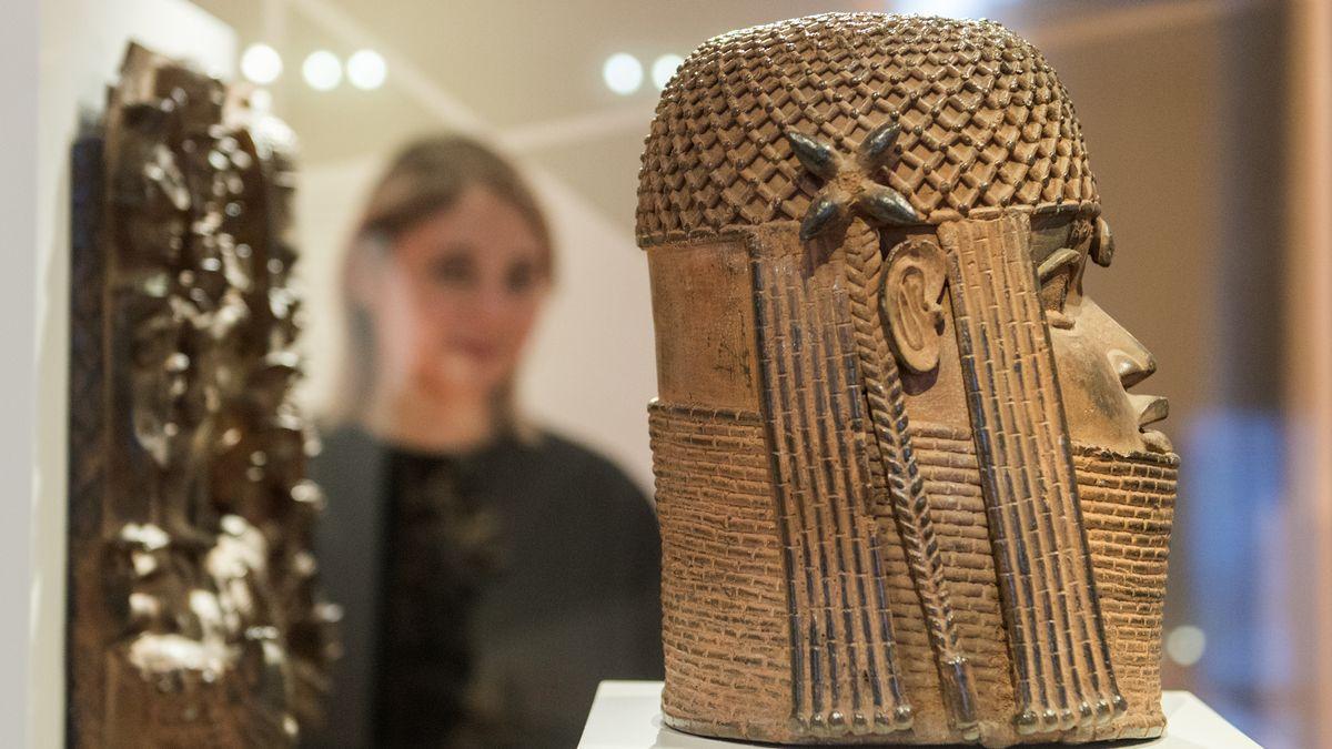 Besucherin betrachtet Bronze-Kopf