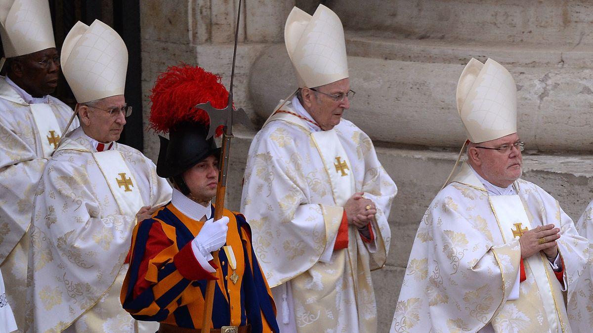Marx (vorne rechts) gilt als wichtige Stimme der Weltkirche und ist häufig im Vatikan, wir hier zur Heiligsprechung von Papst Johannes Paul II.