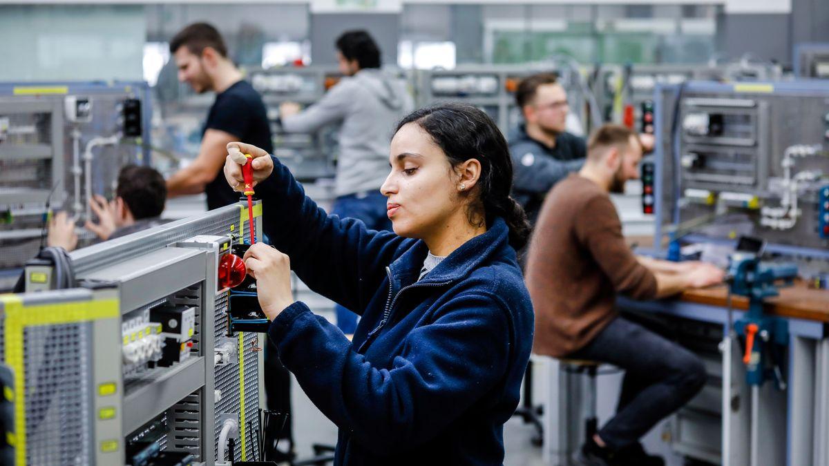 Eine Auszubildende in Elektroberufen montiert einen Schaltkreis. (Symbolbild)