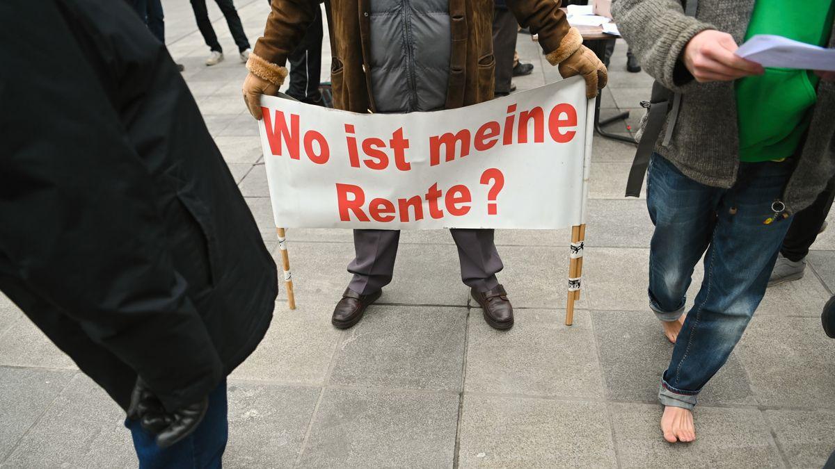 """Ein Mann hält ein Plakat mit der Aufschrift """"Wo ist meine Rente ?"""" bei Protesten gegen Altersarmut im Januar 2020 in Würzburg"""