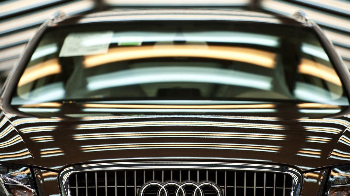 Nahaufnahme der Motorhaube eines Audi, darauf spiegeln sich Leuchtstoffröhren.