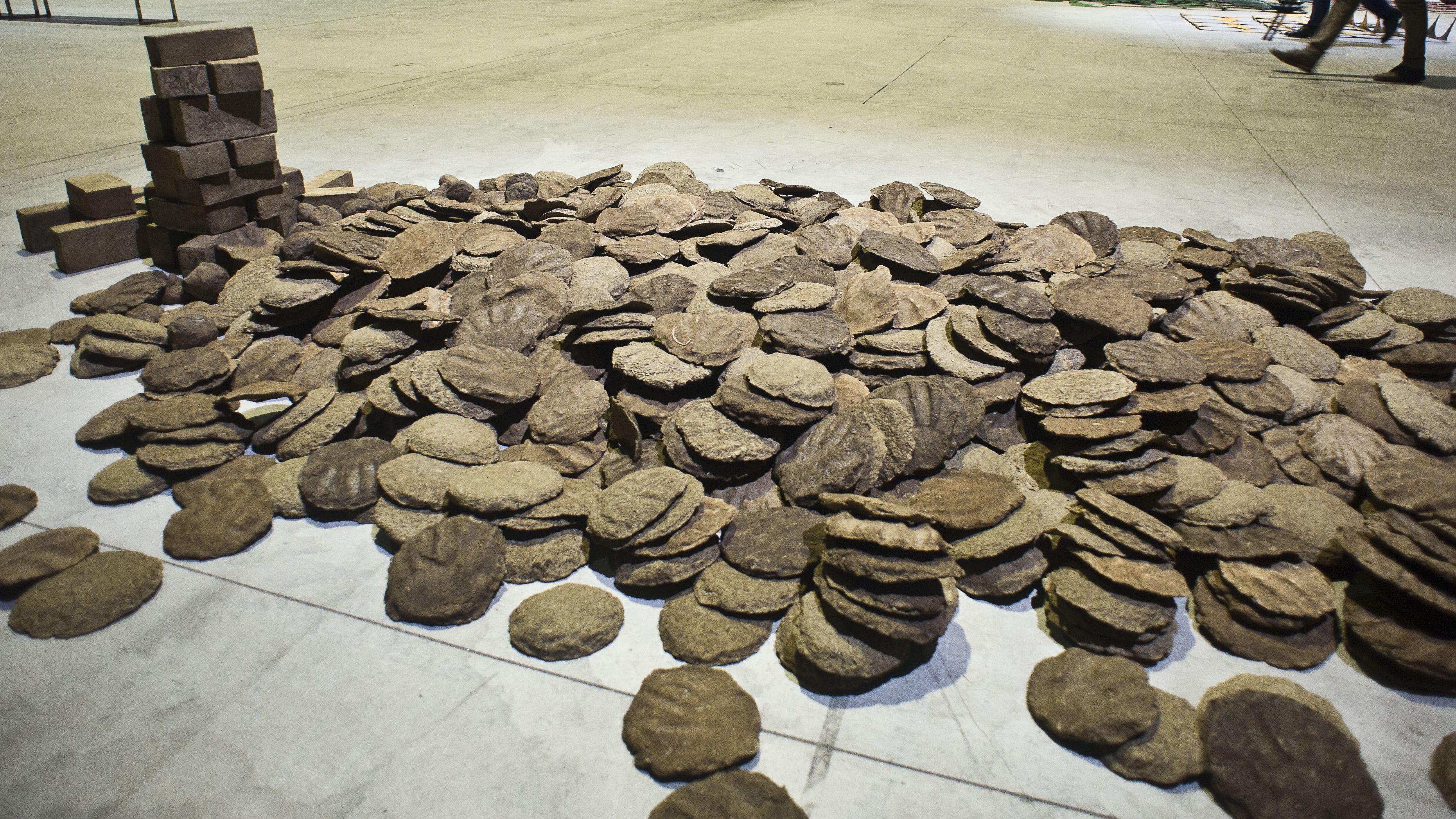 """Das aus Kuhdung hergestellte Werk """"Untitled"""", zu sehen in der Ausstellung """"Remains"""" im Hangar Bicocca in Mailand"""