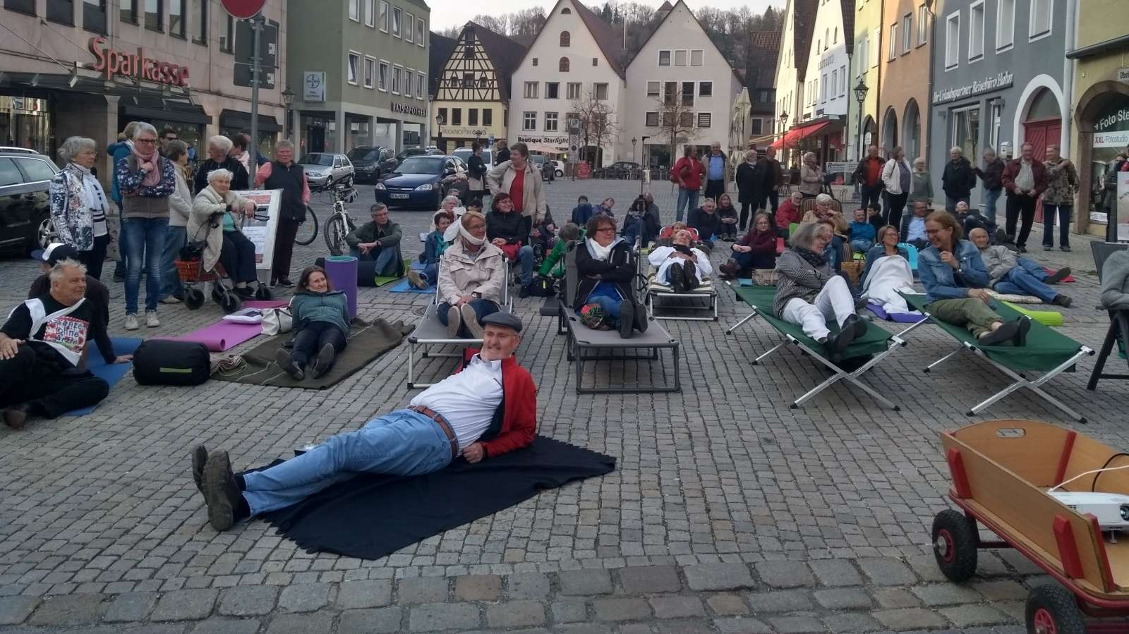 Demonstration auf dem Marktplatz von Hersbruck: Menschen liegen auf Feldbetten und Decken