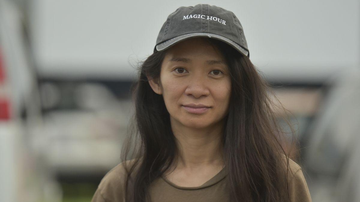 Porträt von Regisseurin Chloé Zhaos: Sie trägt eine Käppie, offenes langes Haar und ein braunes T-Shirt.