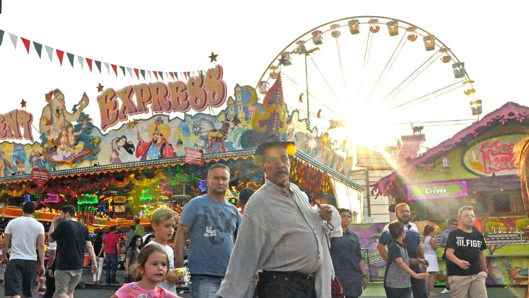 Besucher auf dem Plärrer in Augsburg