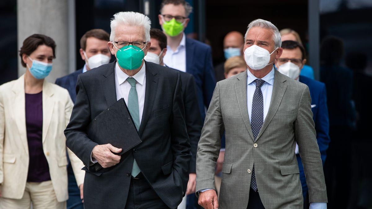 Winfried Kretschmann (l, Bündnis 90/Die Grünen), Ministerpräsident von Baden-Württemberg, kommt zusammen mit Thomas Strobl (r, CDU)