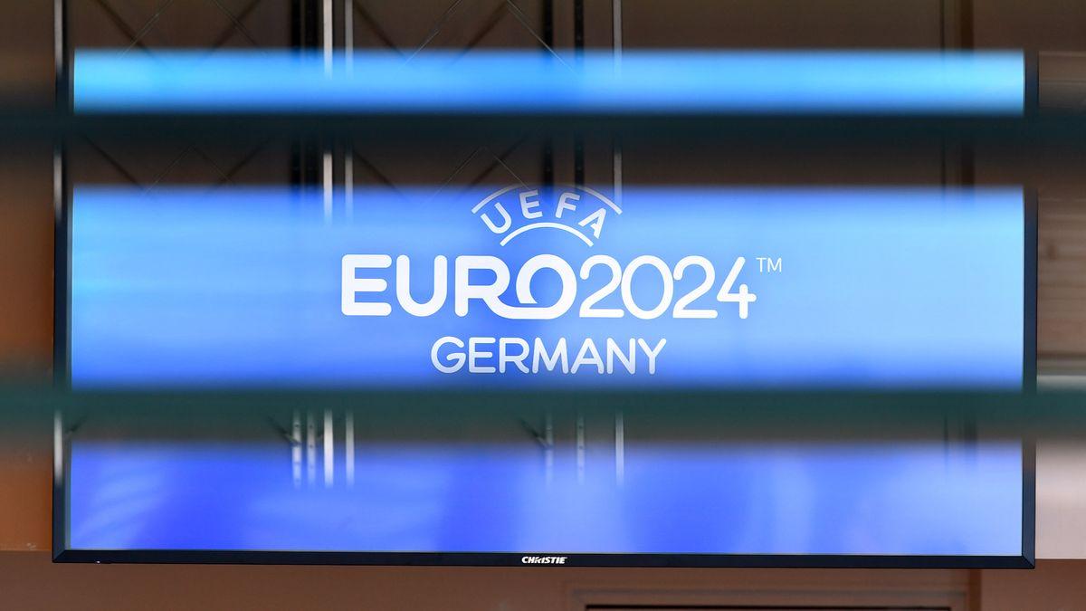 Logo der Fußball-Europameisterschaft 2024 auf einem TV-Bildschirm