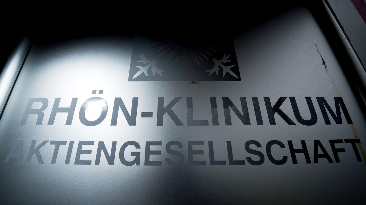 """Schild mit Aufschrift """"Rhön-Klinkum Aktiengesellschaft"""""""