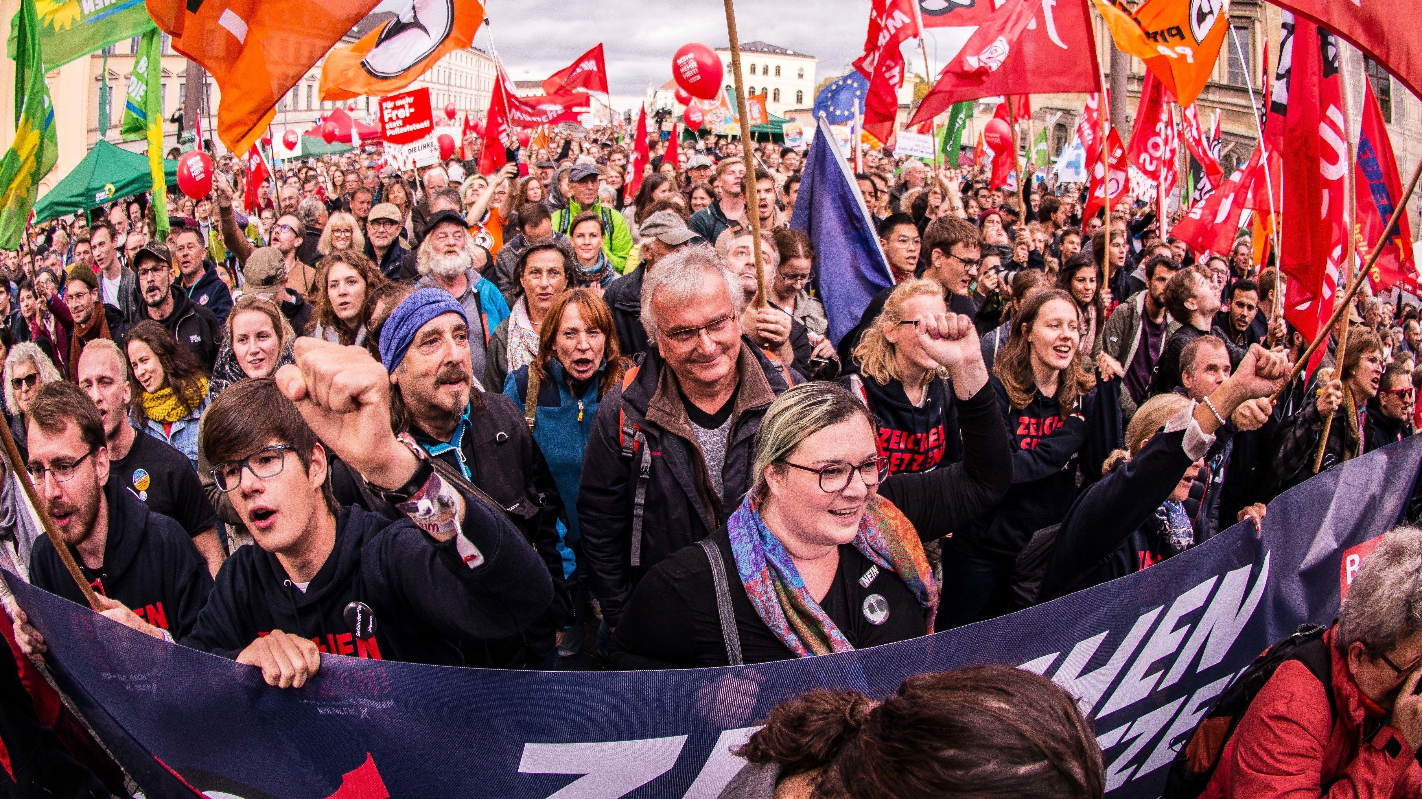 """Im Oktober 2018 protestierten in München tausende Menschen unter anderem gegen das Polizeiaufgabengesetzt, kurz """"PAG""""."""