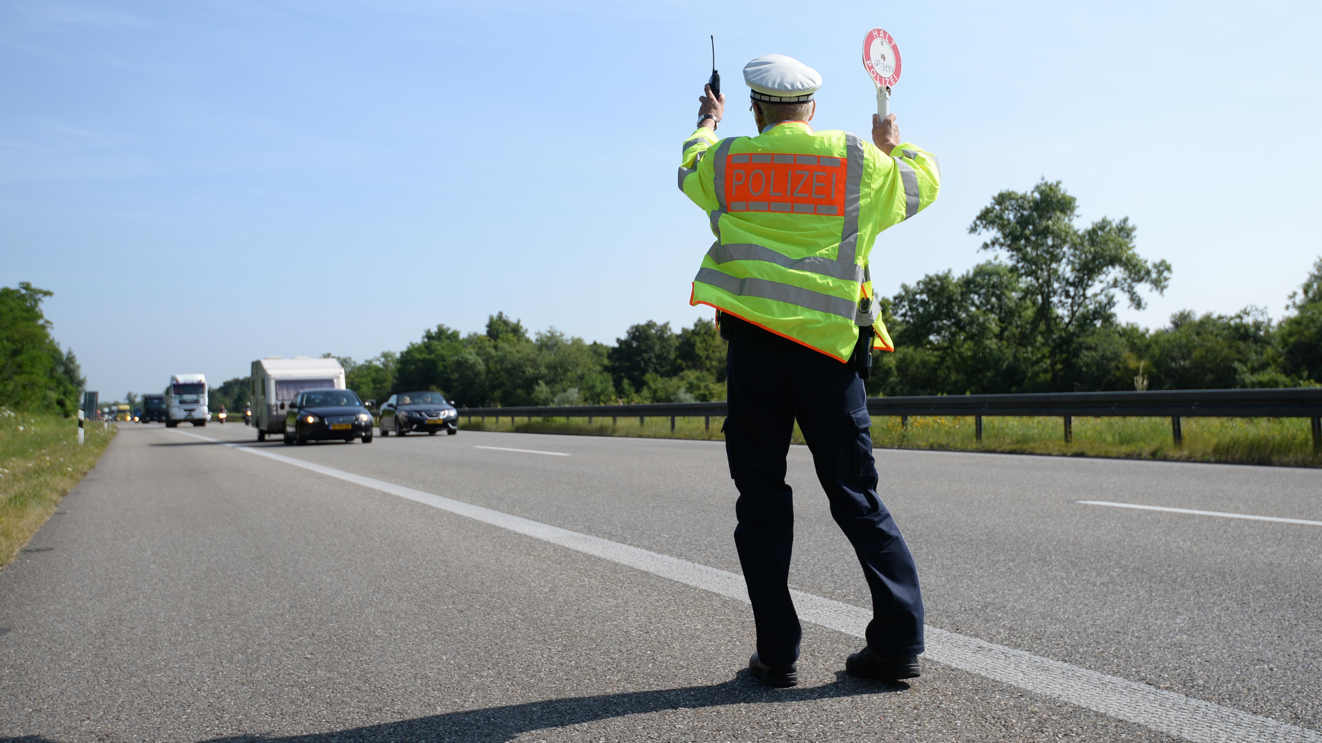 Fahrzeugkontrolle der Autobahnpolizei (Symbolbild)