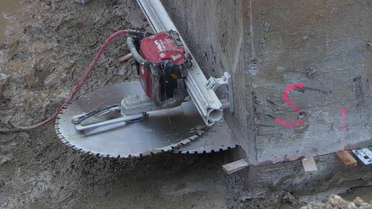Ein Sägeblatt steckt im Beton eines Brückenpfeilers fest