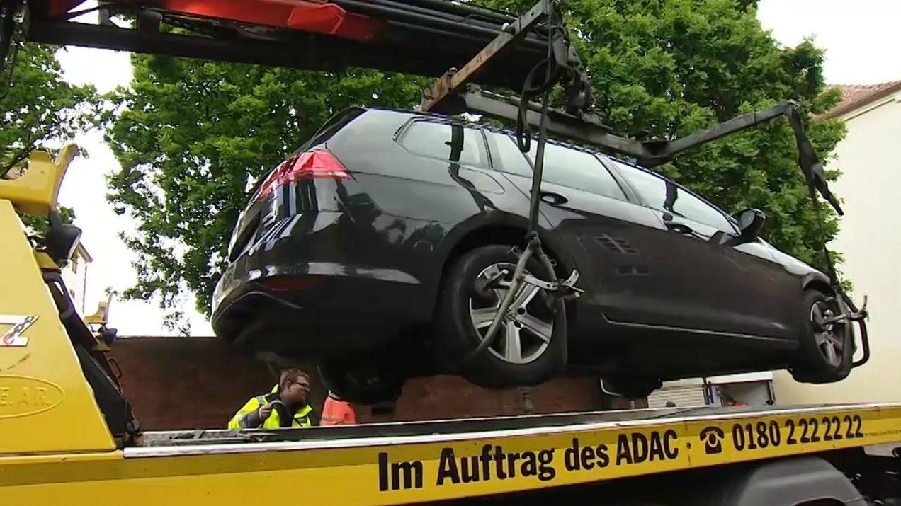 Ein Auto wird in Aschaffenburg abgeschleppt