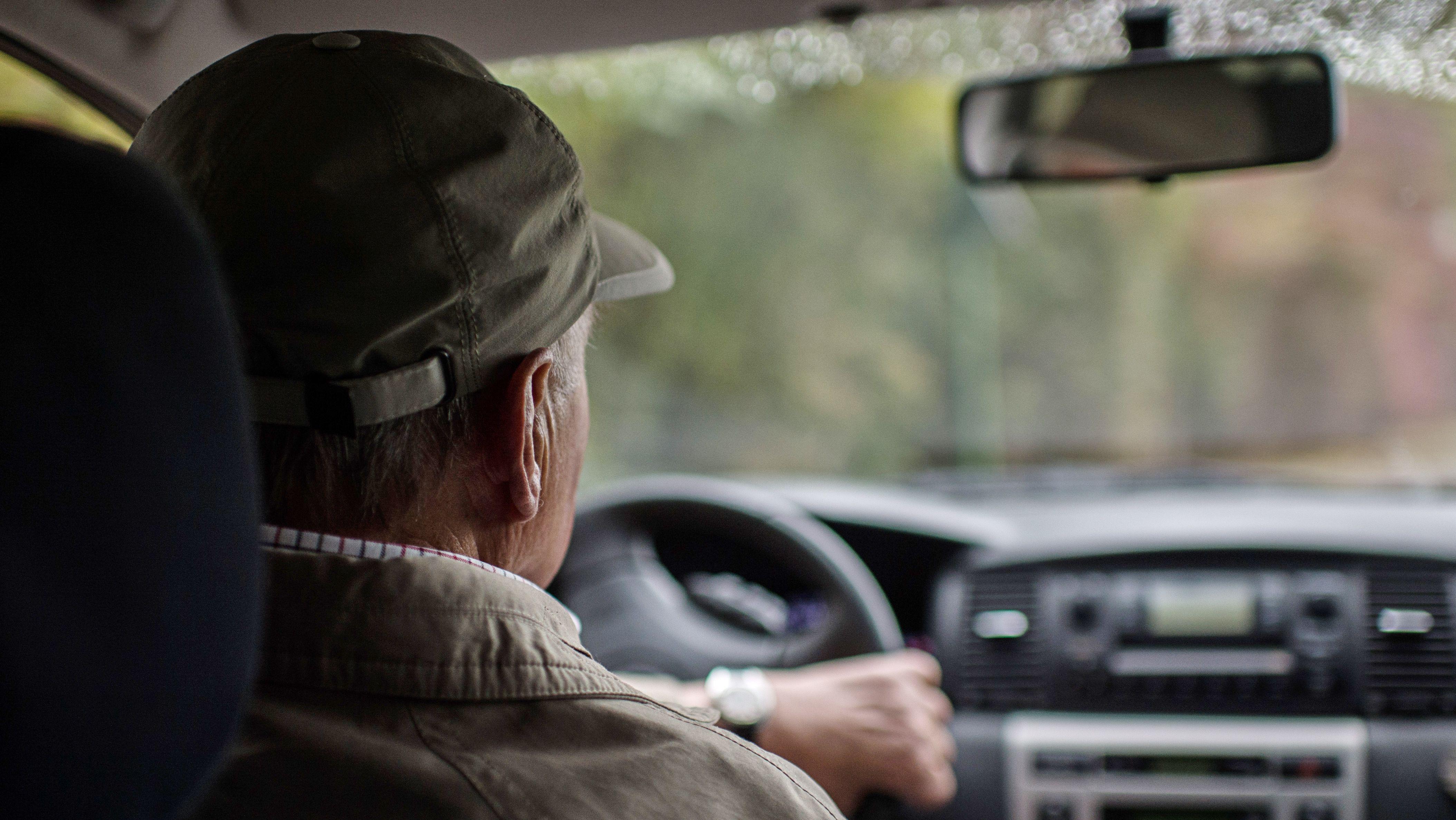 Ein Teilnehmer bei einen Fahrsicherheitstraining für Senioren auf einem Übungsplatz.