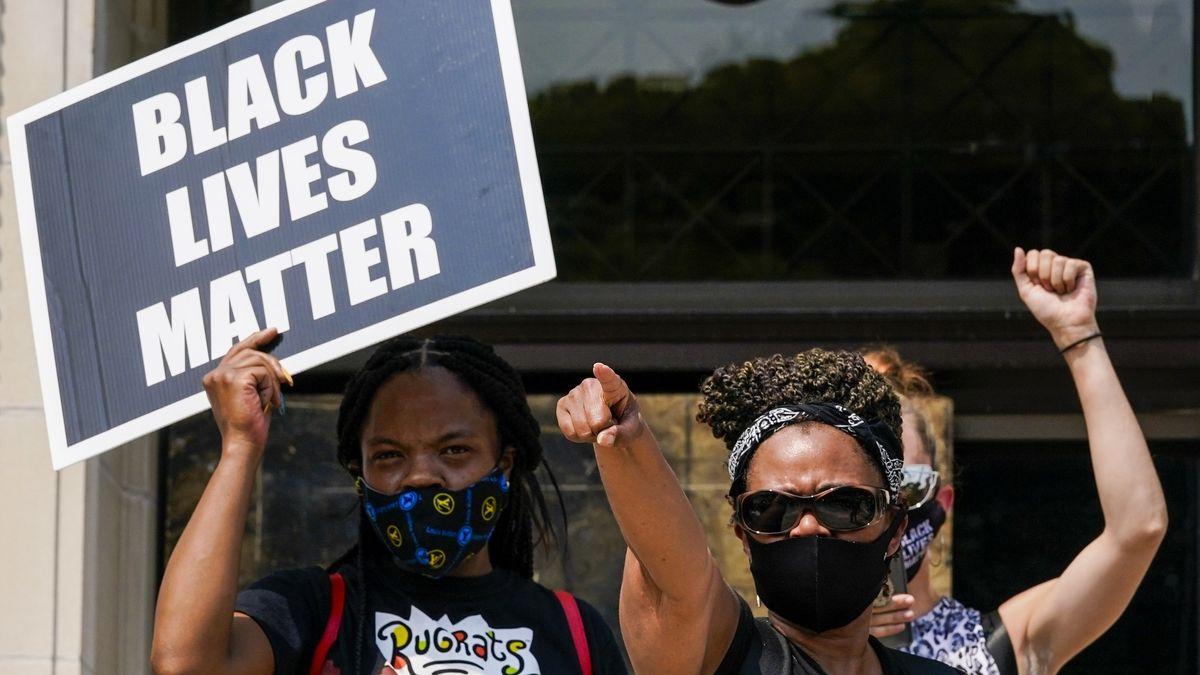 """Eine kleine Gruppe von Demonstranten der """"Black Lives Matter"""" Bewegung während einer Kundgebung auf den Stufen des Gerichtsgebäudes von Kenosha County (24.8.20)."""