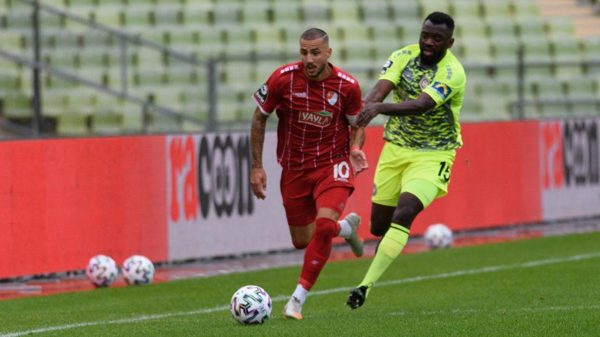 3. Liga: Sercan Sararer von Türkgücü Muenchen im Laufduell mit Paterson Chato vom SV Wehen Wiesbaden im Münchner Olympiastadion.