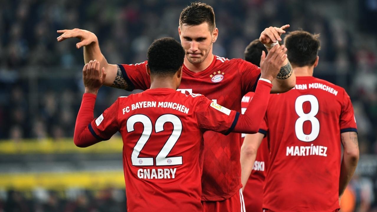 Serge Gnabry (l) und Niklas Süle von München bejubeln das 1:3 gegen Mönchengladbach.