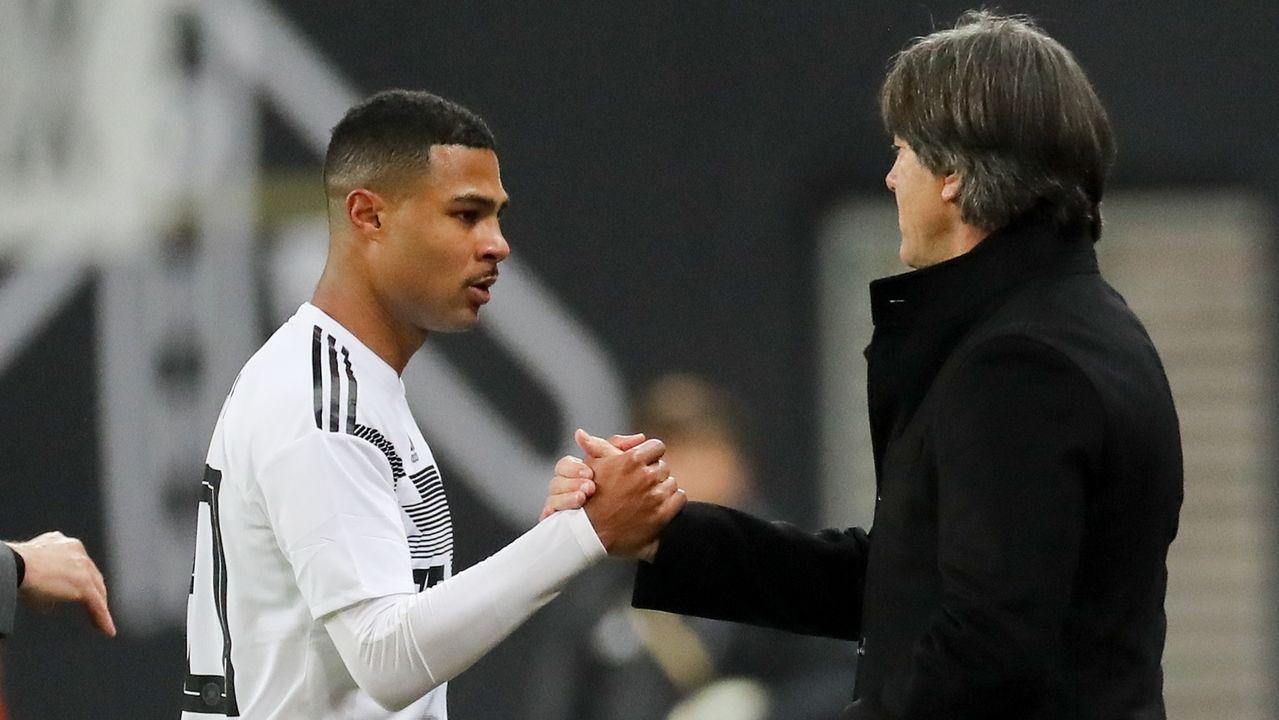 Bundestrainer Joachim Löw gibt Serge Gnabry die Hand.
