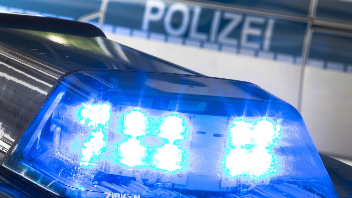 Symbolbild: Blaulicht auf einem Polizeiauto.