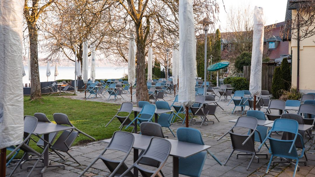 Ein leeres Restaurant an der Promenade des Starnberger Sees in Starnberg.