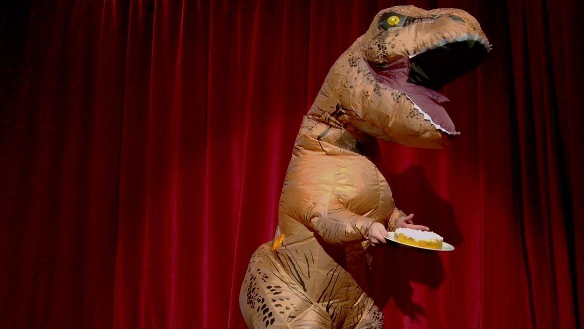 """""""Rex Osterwald"""" als aufgeblasene Dinosaurierfigur: Szene aus Michel Decars Bühnen-Premiere am Münchner Residenztheater"""