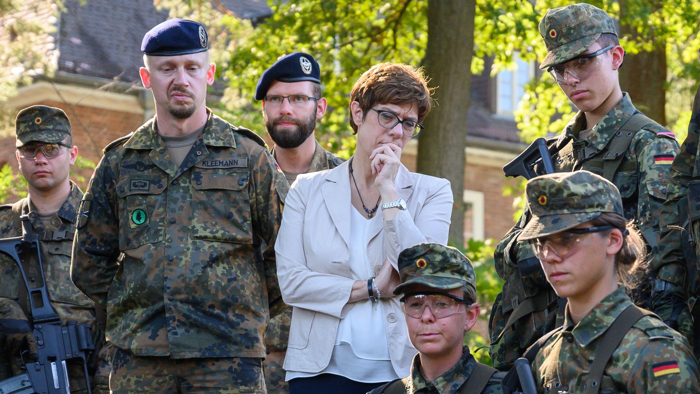 Annegret Kramp-Karrenbauer bei einem Truppenbesuch