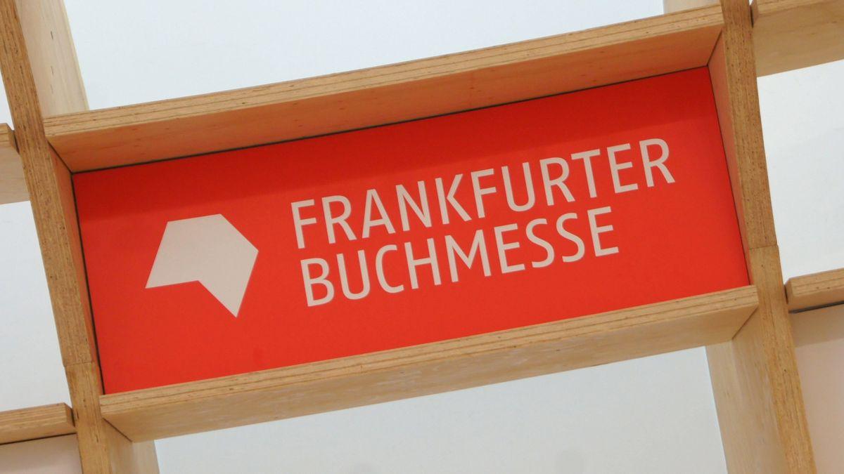 Schild Frankfurter Buchmesse in einem Pavillion, aufgenommen am 16.10.2019 auf der Buchmesse in Frankfurt am Main.