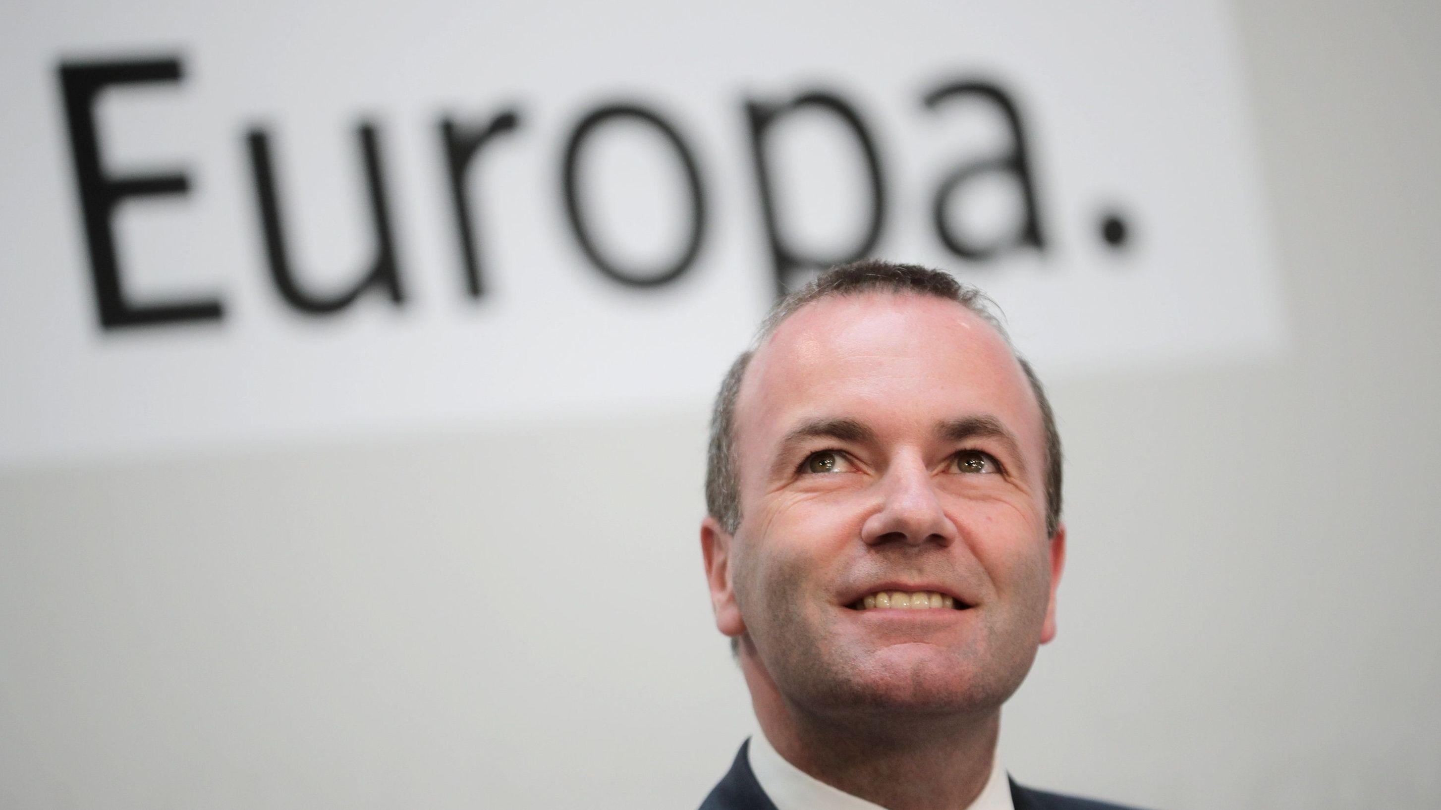 CSU-Politiker und EVP-Spitzenkandidat Manfred Weber am Wahltag vor dem Schriftzug 'Europa'