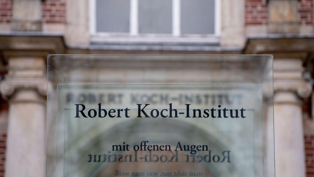 """Schild mit der Aufschrift """"Robert Koch-Institut - mit offenen Augen"""""""