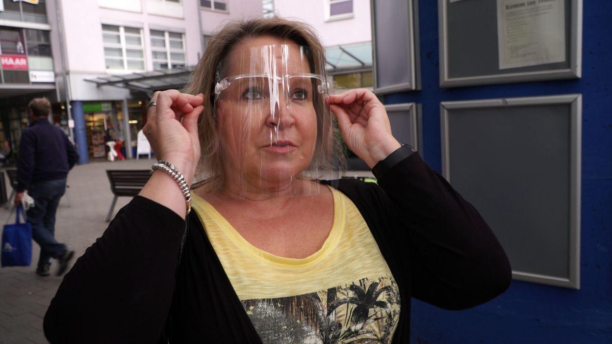 Asthmatikerin Andrea Breu - sie hat ein Attest vom Arzt und ist von der Maskenpflicht befreit.