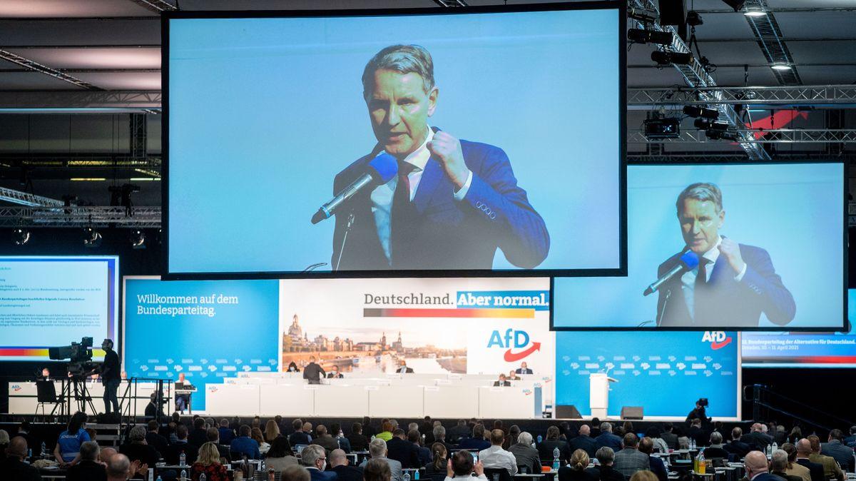 Björn Höcke von der AfD spricht in der Dresdener Messehalle beim Bundesparteitag der AfD zu den Delegierten.