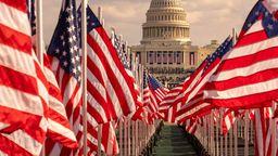 US-Flaggen vor dem Kapitol in Washington. | Bild:pa/Dpa