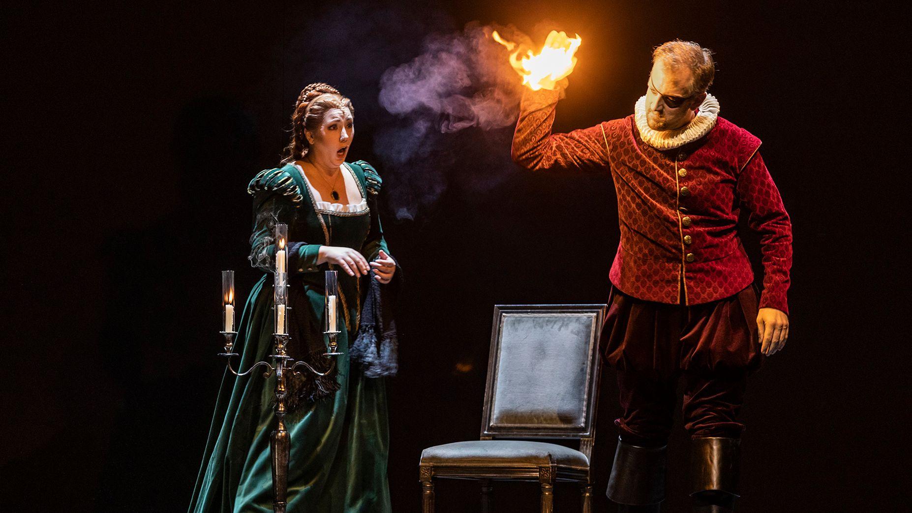 Valentine (Jennifer Rowley) und der Graf von Nevers (Christoph Pohl)