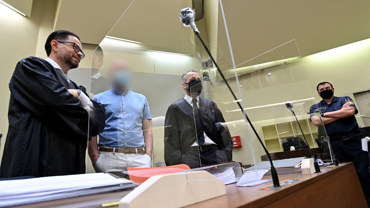 Der Angeklagte (2.v.l.) steht beim Beginn des Prozess gegen ihn wegen des Verdachts des Verstoßes gegen das Arzneimittel- und Dopinggesetze mit seinen Anwälten Juri Goldstein (l) und Alexander Dann (2.v.r.) zusammen.