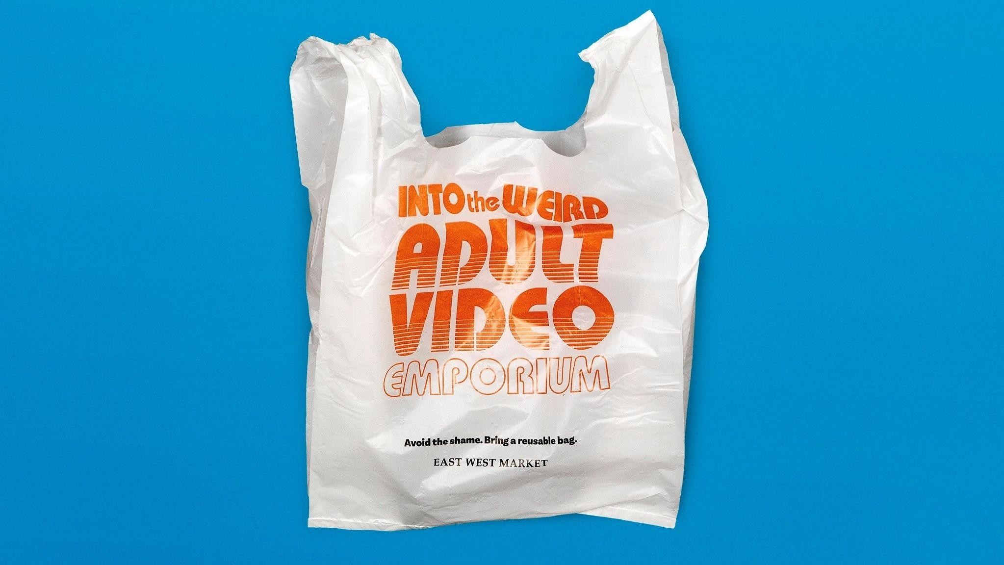 Plastiktüte mit Werbeaufdruck für einen Pornofilm-Shop.