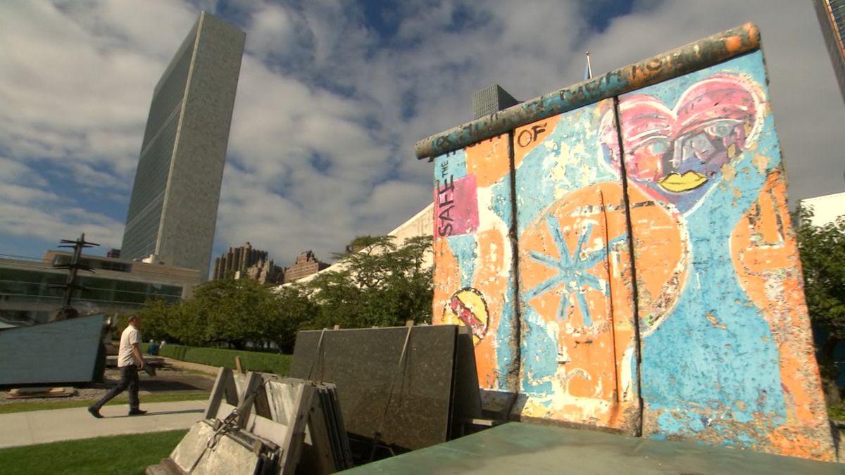 Ein Stück Berliner Mauer vor dem Sitz der Vereinten Nationen
