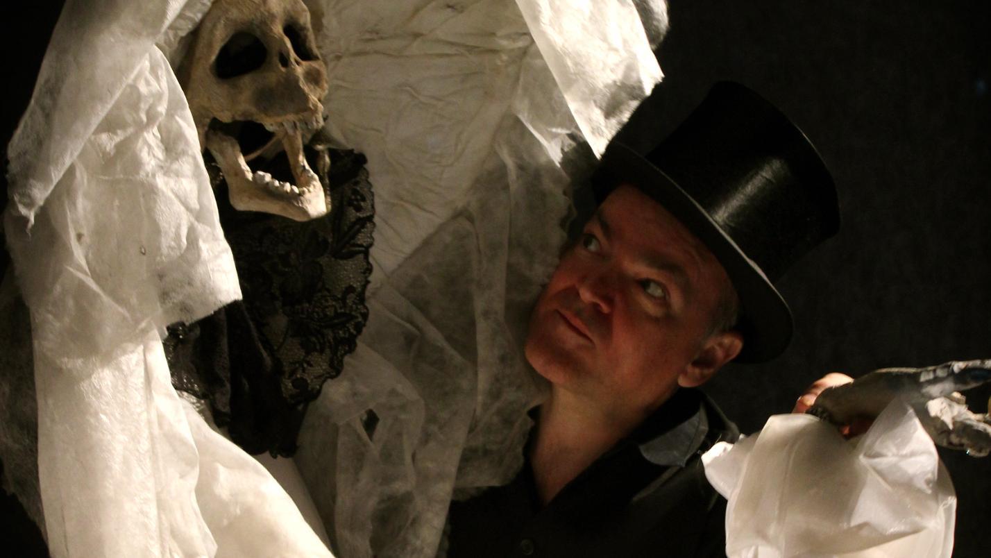 """Puppenspieler Frank Soehnle zusammen mit einer Figur des Todes im Stück """"Nachtkonzert – Le Grand Pas de Deux"""""""