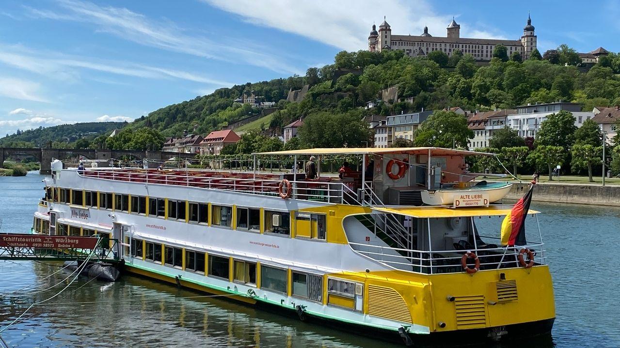 Ausflugsschiff auf dem Main bei Würzburg