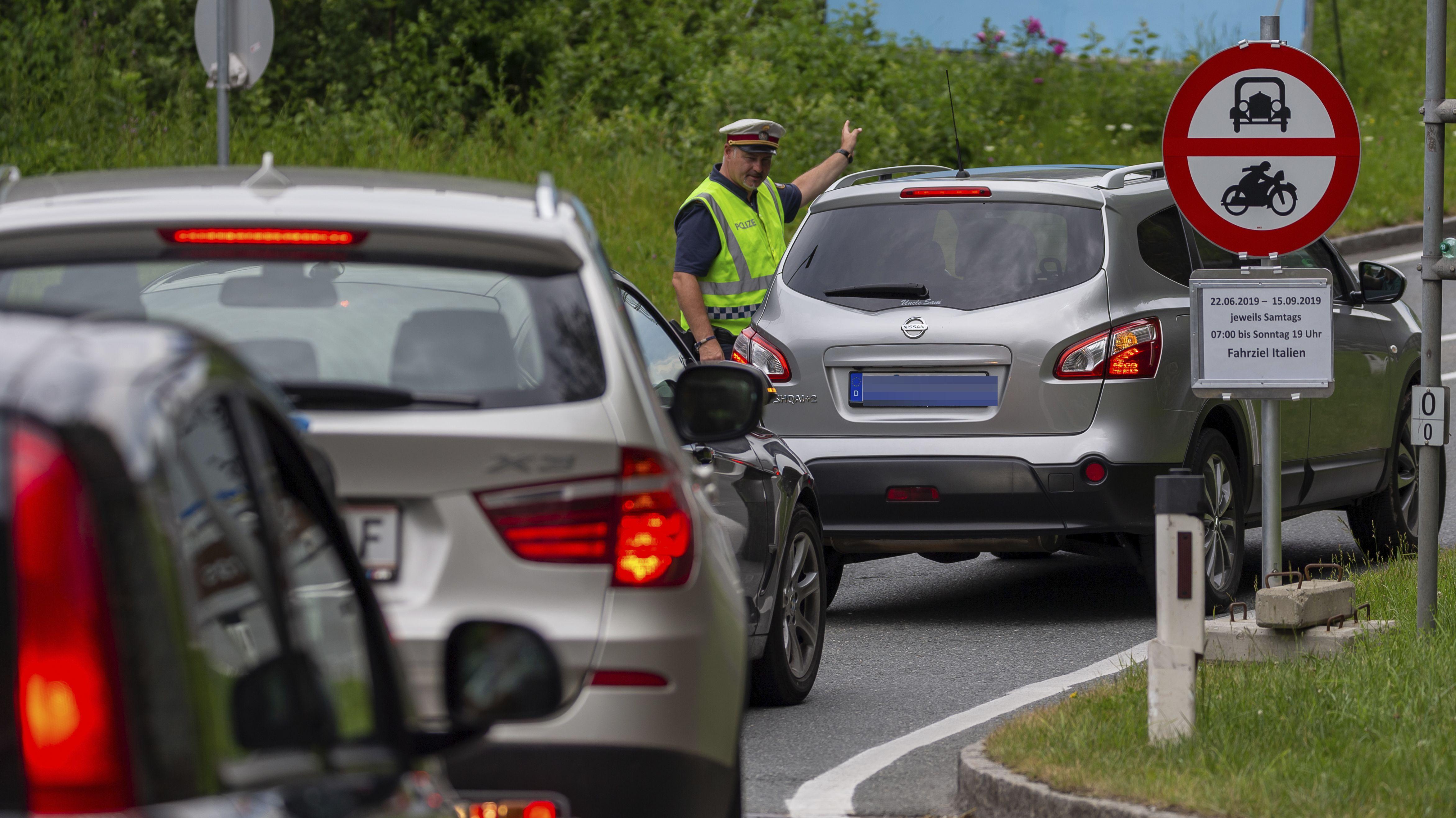 Archivbild: Als Maßnahme gegen die Stauproblematik und den Ausweichverkehr setzt die Tiroler Landesregierung Fahrverbote gegen den Ausweichverkehr ein.