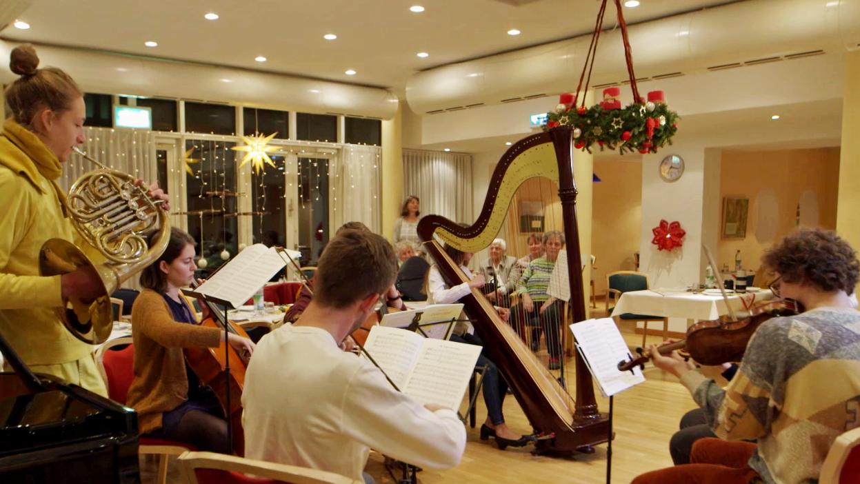 Das Jugend-Kammermusik-Ensemble Gräfelfing bei einem Konzert im Seniorenheim.
