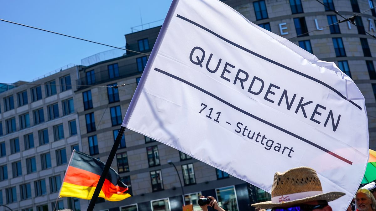 Querdenken-Fahne bei Demonstration