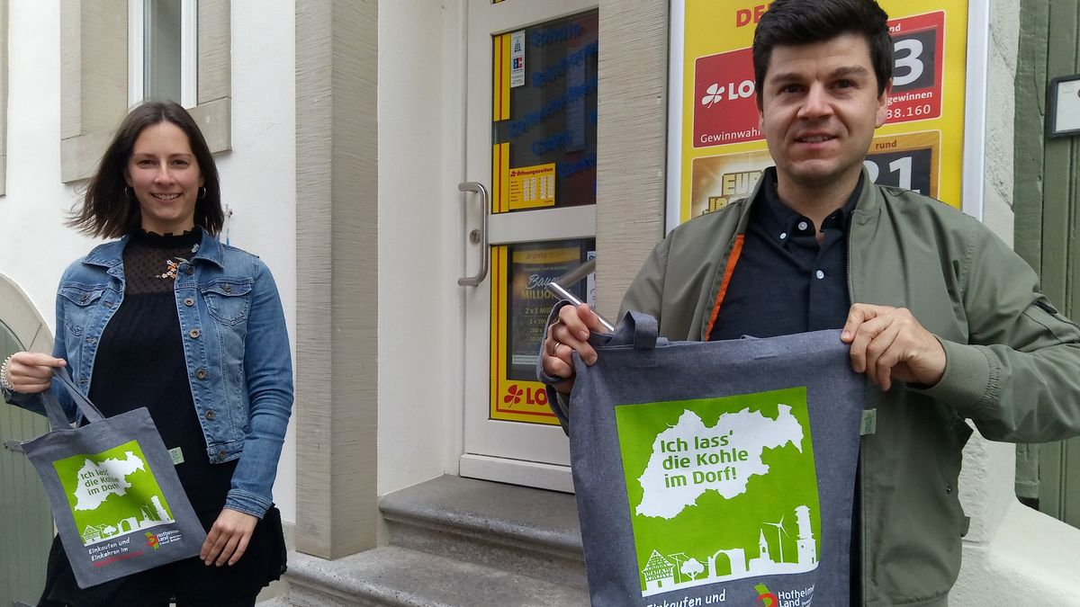 """Theresa Ott (links) vom """"Haßberge Tourismus e. V."""" und Philipp Lurz (rechts) von der Gemeinde-Allianz Hofheimer Land"""