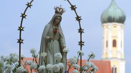 Marienstatue neben einem Kirchturm (Symbolbild) | Bild:pa/dpa/Stefan Puchner