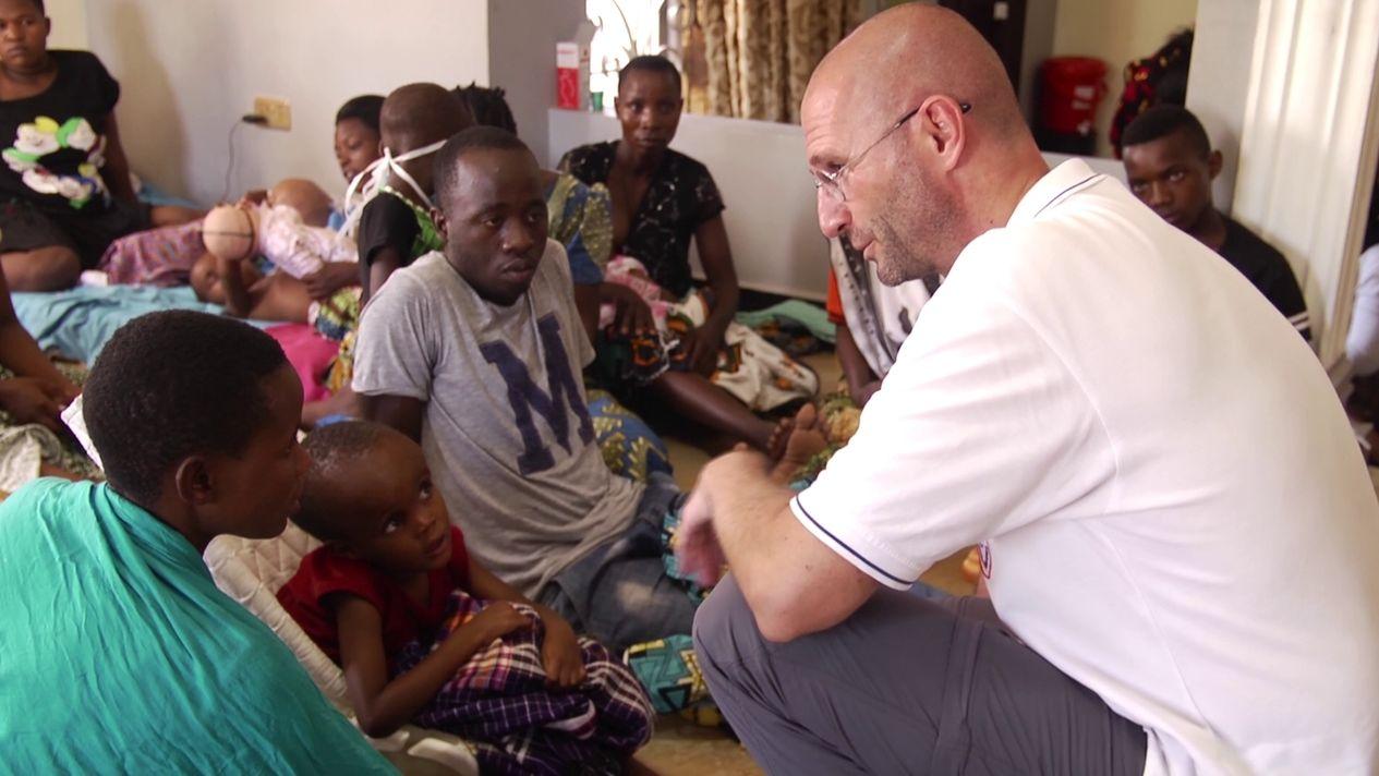Arzt Thomas Brei besucht Behindertenzentrum in Tansania